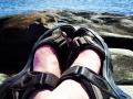 Bleka fötter, sandaler och en värmande sol, sommaren kommer