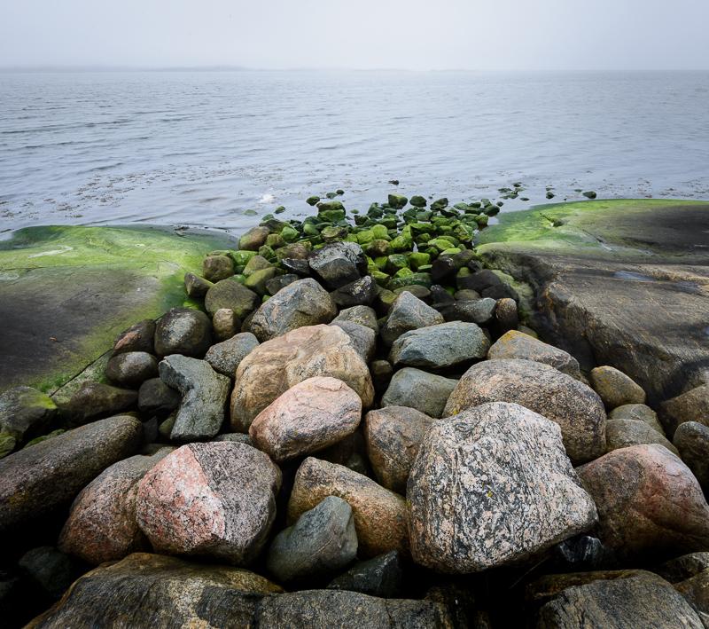 Stilla dimmig dag vid kusten