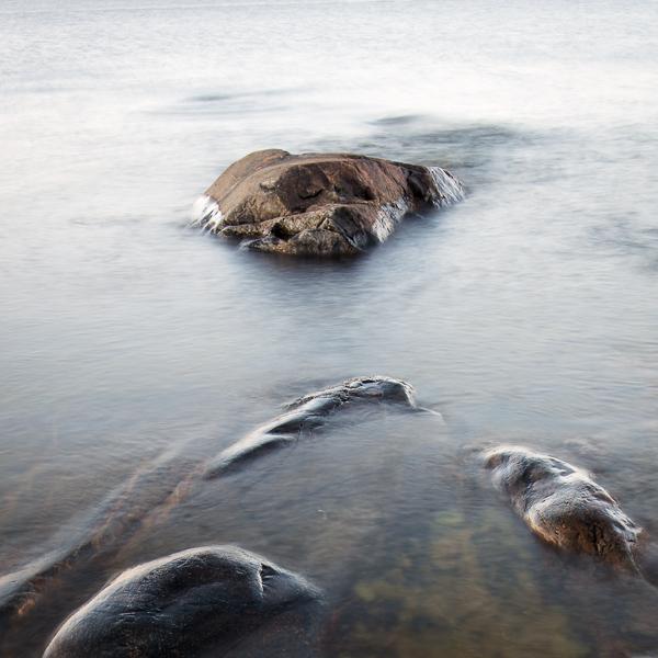 I vattenbrynet ligger den där den lilla trötta stenen och vilar för natten