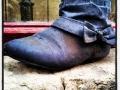 Vad hände igår lördagkväll? Kvar på söndag morgon en ensam sko varsamt ställd i fönstret.