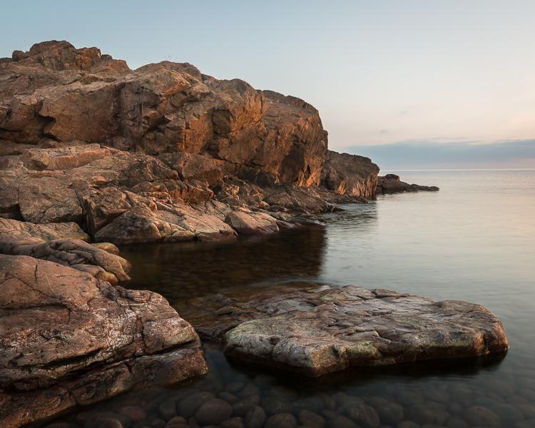 Solen börjar nå fram till klipporna