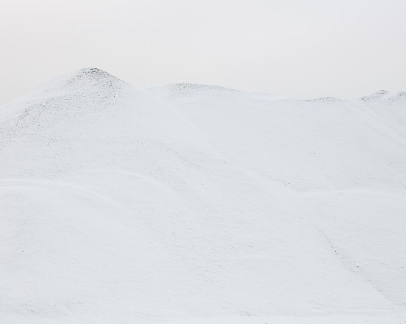 Snön ligger lätt på de utsatta topparna och stenen tittar fram där vinden kommit åt