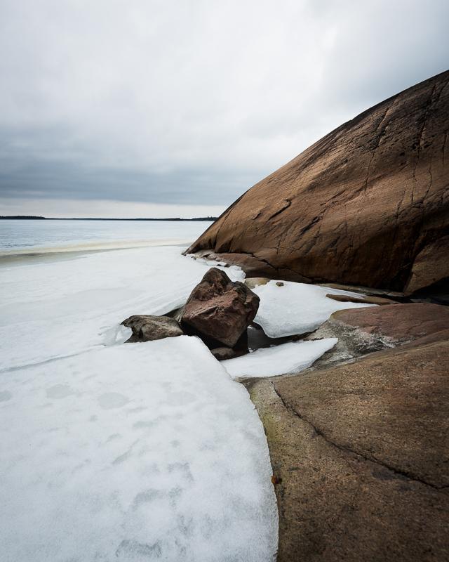 Isen har fortfarande lite grepp om kustlinjen
